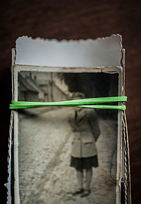 Pile of old photographs - p971m1550456 by Reilika Landen