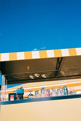 Bude unter blauem Himmel an der Mosel - p9792928 von Lemmler