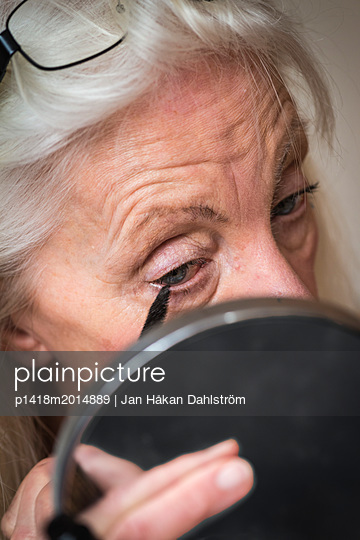 Ältere Frau schminkt sich - p1418m2014889 von Jan Håkan Dahlström