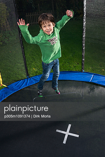 Spass auf dem Trampolin - p305m1091374 von Dirk Morla