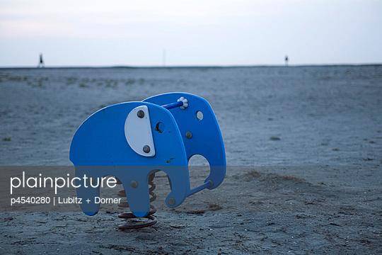 Spielgerät und blaue Stunde - p4540280 von Lubitz + Dorner