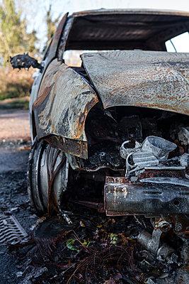 Ausgebranntes Wrack, durch Feuer zerstört - p1057m1503249 von Stephen Shepherd