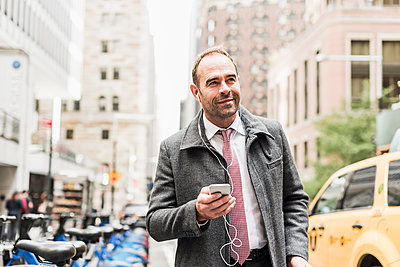 USA, New York City, businessman on the move in Manhattan - p300m1205383 by Uwe Umstätter