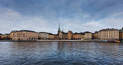 Buildings across water in Stockholm, Sweden - p352m1536572 by Calle Artmark