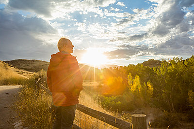 Caucasian man admiring sunset - p555m1302044 by Steve Smith