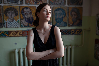 Young woman in black dress, portrait - p1646m2263451 by Slava Chistyakov