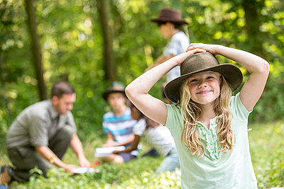 Little girl scout win the forest with her group, portrait - p300m2160382 von Fotoagentur WESTEND61
