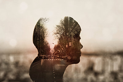 Double exposure of young woman and cityscape - p307m1174646 by Score. by Aflo