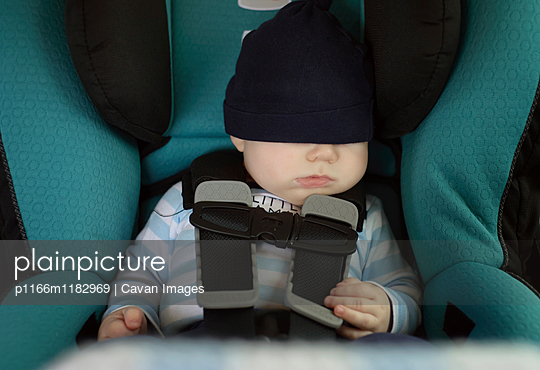 Baby boy sleeping while sitting in car - p1166m1182969 by Cavan Images
