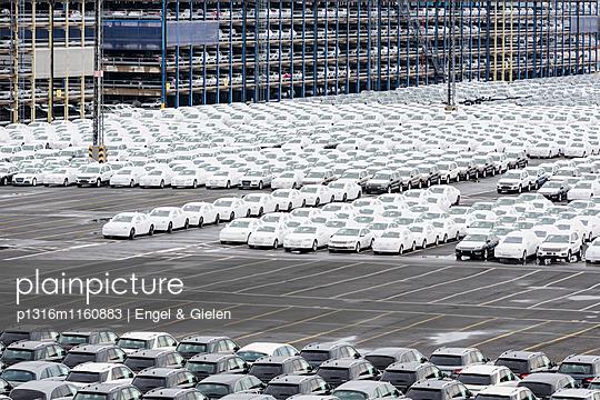 Neufahrzeuge verschiedener Hersteller auf einem Verladeparkplatz vor der Verschiffung in Bremerhaven, Deutschland - p1316m1160883 von Engel & Gielen