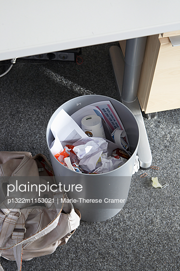 Gefüllter Papierkorb unter einem Schreibtisch - p1322m1153021 von Marie-Therese Cramer