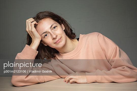 Portrait smiling, confident woman - p301m2123106 by Vladimir Godnik