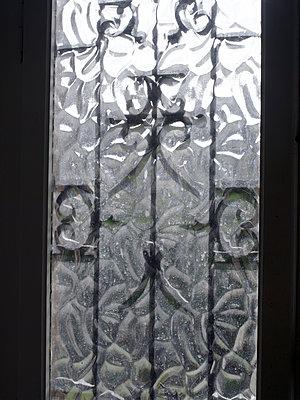 Fenster mit schmiedeeisernem Gitter - p945m1467748 von aurelia frey