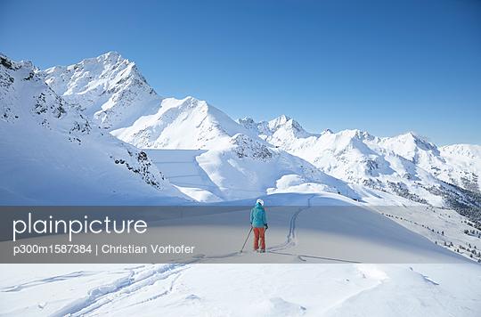 Austria, Tyrol, Kuehtai, female skier in winter landscape - p300m1587384 von Christian Vorhofer