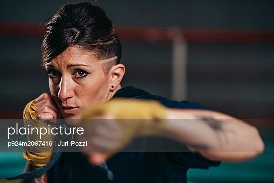 Boxer training in gym - p924m2097416 by Juri Pozzi