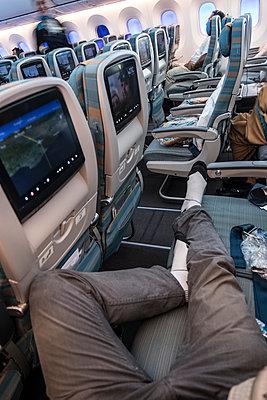 Passagier schläft im Flugzeug - p1243m1525190 von Archer