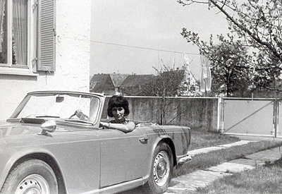Young woman in convertible car - p1541m2116908 by Ruth Botzenhardt
