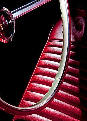 Lenkrad mit Fahrersitz eines Cadillac - p177m1465968 von Kirsten Nijhof