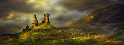 Rock formations in rural landscape, Kyleakin, Isle of Skye, Scotland - p555m1454225 by Chris Clor