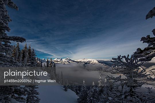 Bergkette mit Wolken im Tal - p1455m2203762 von Ingmar Wein