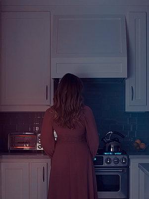 Frau in der Küche - p1617m2223549 von Barb McKinney