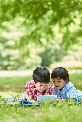 Japanese kids in a city park - p307m2058036 by Naoki Nishimura