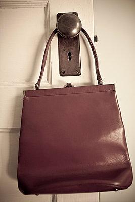 Altmodische Handtasche an Türgriff - p5350305 von Michelle Gibson