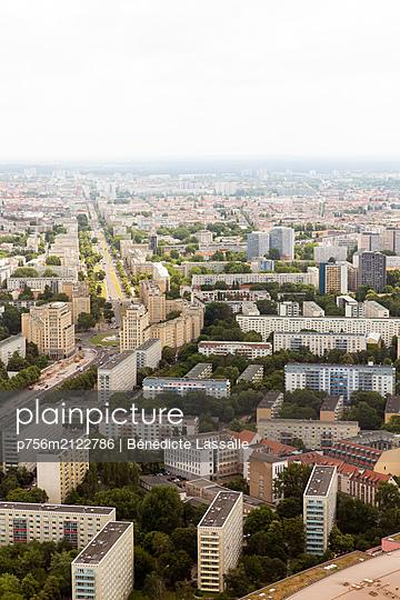 Blick über Wohnviertel in Berlin - p756m2122786 von Bénédicte Lassalle