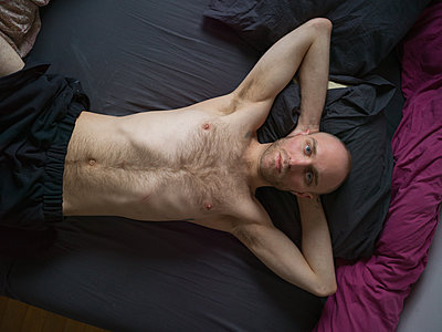 Bare-chested man with bald head - p1267m2043232 by Jörg Meier