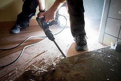 Man using jackhammer  - p1687m2284269 by Katja Kircher