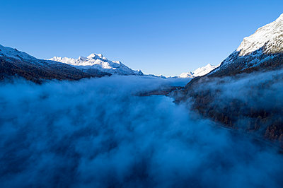 Switzerland, Canton of Grisons, Saint Moritz, Drone view of Lake Silvaplana and Lake Sils shrouded in thick morning fog - p300m2198883 by Martin Rügner