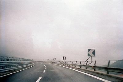 Nasse Strasse von fahrendem Auto - p3880598 von Lele Saveri