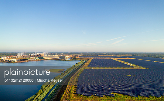 Solar park on the waterfront - p1132m2128080 by Mischa Keijser