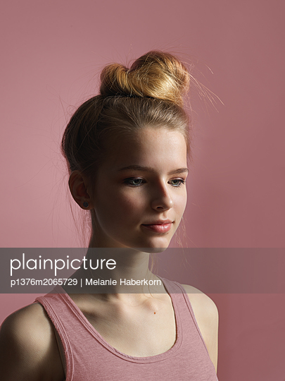 Girl with topknot - p1376m2065729 by Melanie Haberkorn