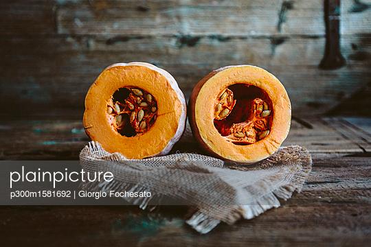Two halves of a pumpkin - p300m1581692 von Giorgio Fochesato