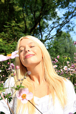 Frau in Garten - p0452557 von Jasmin Sander