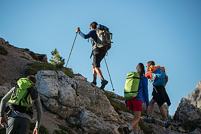 Italy, Friends trekking in the Dolomtes - p300m1460395 by ZoneCreative