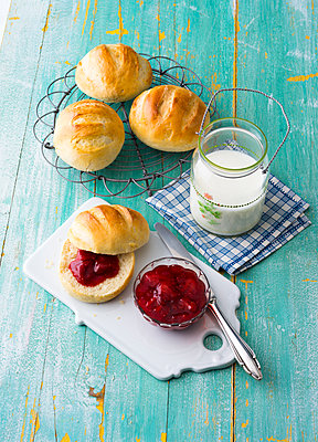 Breakfast table with rolls and jam - p300m1537413 by Pro Pix