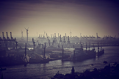 Harbour of Hamburg - p851m2077231 by Lohfink