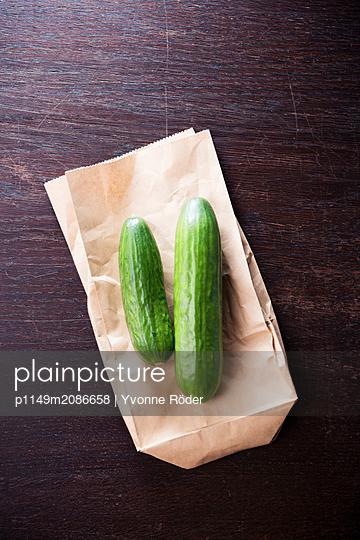 Gurken auf Papiertüte - p1149m2086658 von Yvonne Röder