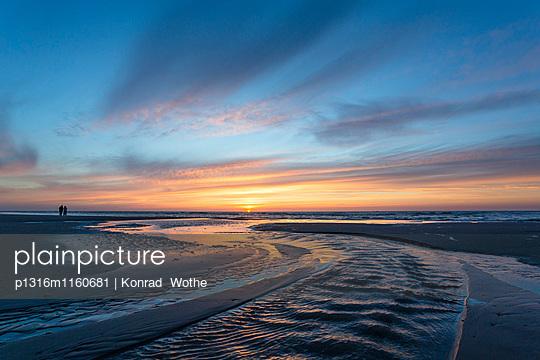 Strand bei Sonnenuntergang, Priel, Juist, Ostfriesische Inseln, Nationalpark Niedersächsisches Wattenmeer, Unesco Weltnaturerbe, Nordsee, Ostfriesland, Niedersachsen, Deutschland, Europa - p1316m1160681 von Konrad Wothe