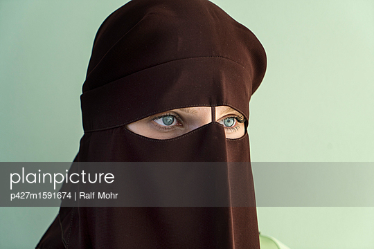 Woman wearing niqab - p427m1591674 by R. Mohr