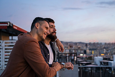 Gay couple on lookout above the city, Barcelona, Spain - p300m2155127 by VITTA GALLERY