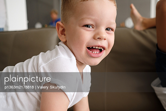Portrait of boy, stay at home due to Covid-19 - p1363m2178818 by Valery Skurydin
