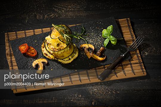 Vegan layered tower, potato mash, aubergine, zucchini and champignon - p300m2004409 von Roman Märzinger