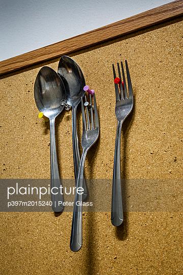 Gabel und Löffel befestigt an einer Pinnwand - p397m2015240 von Peter Glass