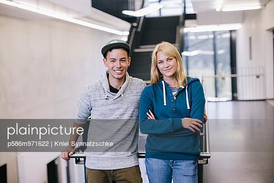 Porträt eines jungen Paares im Treppenhaus - p586m971622 von Kniel Synnatzschke