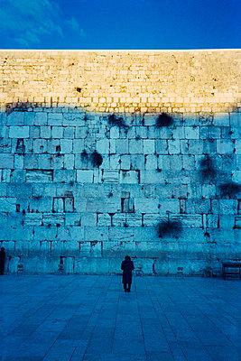 Menschen beten an der Klagemauer - p1418m1572372 von Jan Håkan Dahlström
