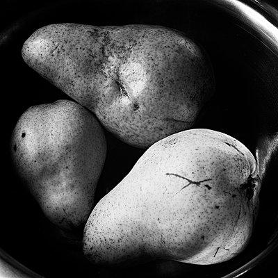 Fruits in the dark - p1661m2245376 by Emmanuel Pineau