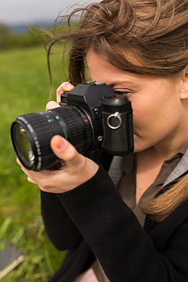 Woman photographing in nature - p300m1156817 by Boy photography